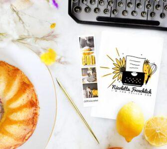 Un giallo girasole, una torta e una macchina da scrivere